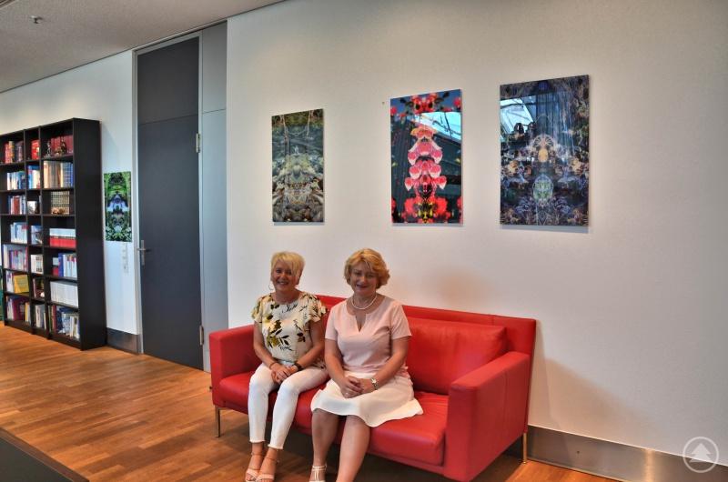 (v. l.): Martina Stingl (Mitarbeiterin im Wahlkreis) mit der Parlamentarischen Staatssekretärin Rita Hagl-Kehl, MdB vor den Bildern des Künstlers.