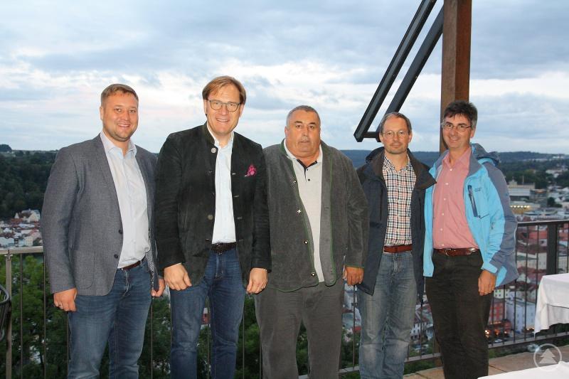 von links: Bezirksrat Josef Heisl, Bezirkstagsvizepräsident Dr. Thomas Pröckl, Martin Maschke, Thomas Flohr und Dr. Stephan Paintner, Leiter der Fachberatung für Fischerei des Bezirks Niederbayern