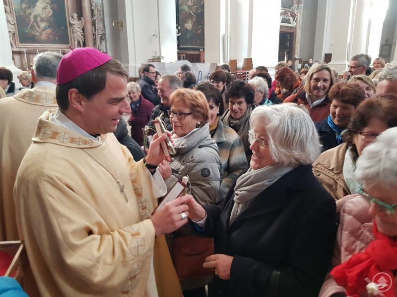 Weihrauch als Zeichen der Wertschätzung überreichte Bischof Oster beim Ehrenamtstag der Caritas.
