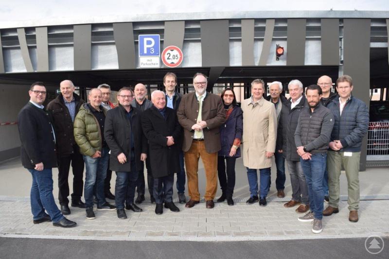 Oberbürgermeister Jürgen Dupper (Mitte) besichtigte gemeinsam mit dem Werkleiter des Klinikums Passau, Stefan Nowack (6. v. r.), Mitgliedern des Passauer Stadtrats sowie Vertretern des Klinikums und der beteiligten Baufirmen das fertiggestellte Parkhaus an der Hellge-Klinik