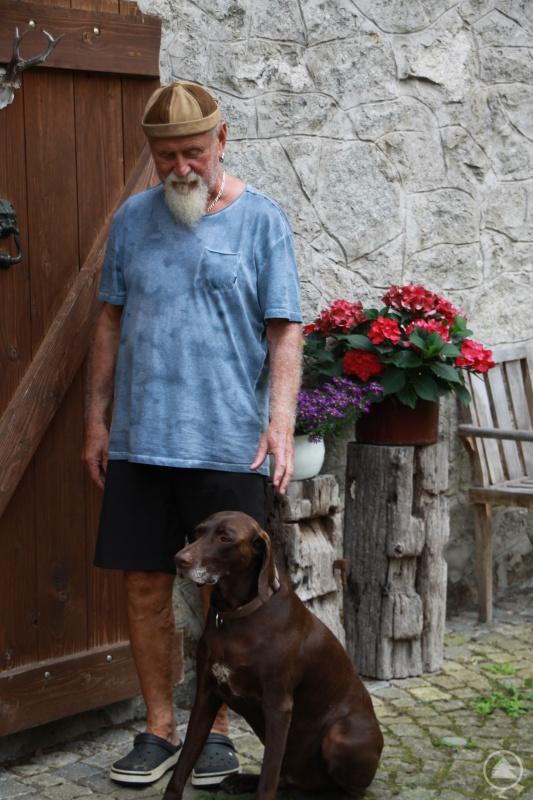 Erhard Köck mit seinem Hund