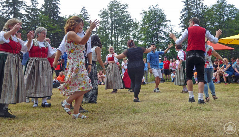 Höhepunkt des Rahmenprogramms war ein gemeinsamer Tanz des Heimatvereins aus Neuschönau mit iranischen Asylbewerbern.