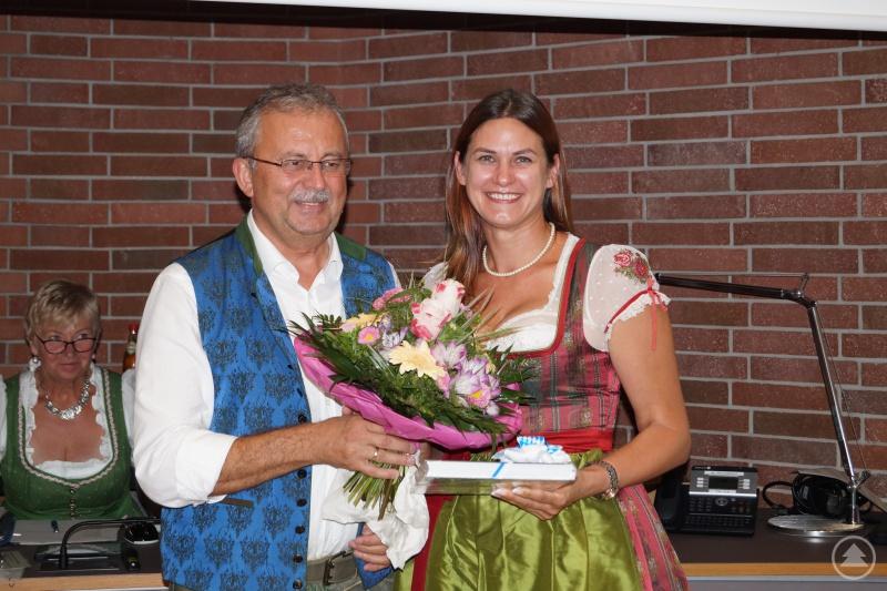 Landrat Josef Laumer verabschiedet Karin Helm mit Blumen und einem Geschenk aus dem Kreistag.