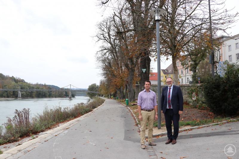 Oberbürgermeister Jürgen Dupper (rechts) und der Leiter der Dienststelle Straßen- und Brückenbau, Mathias Löwe, sind zufrieden, dass ein erster Abschnitt der Innpromenade nun mit einer Beleuchtung versehen ist.