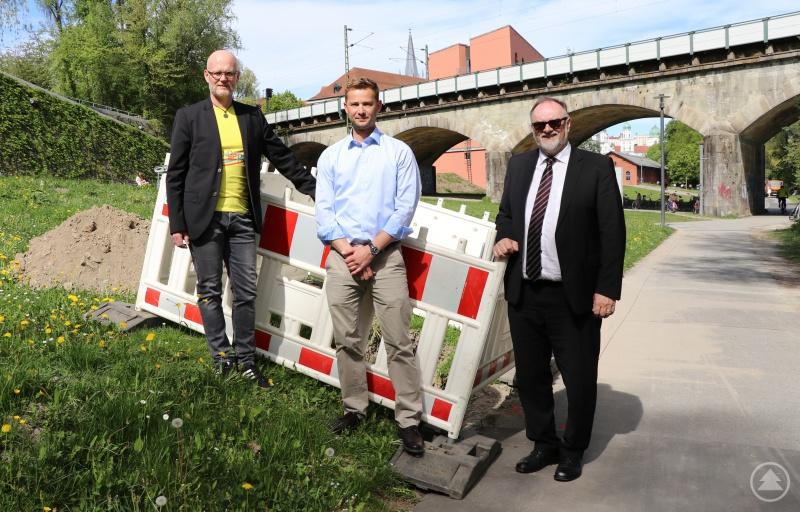Oberbürgermeister Jürgen Dupper (von rechts), Florian Landgraf von der Dienststelle Straßen- und Brückenbau sowie Baureferent Wolfgang Seiderer freuen sich, dass der nächste Abschnitt an der Innpromenade in Sachen Beleuchtung in Angriff genommen werden kann.