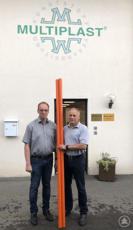 Martin Behringer begutachtet die erste Produktionscharge in Schönberg gemeinsam mit dem Geschäftsführer von Multiplast Peter Landendinger.