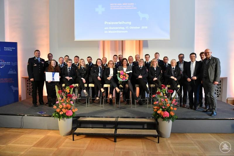 Die Freiwillige Feuerwehr Philippsreut stellt ihre starken Frauen stolz in den Vordergrund. Mit einer großen Abordnung war die Feuerwehr zur Verleihung des Bürgerpreises des Bayerischen Landtags nach München gereist.