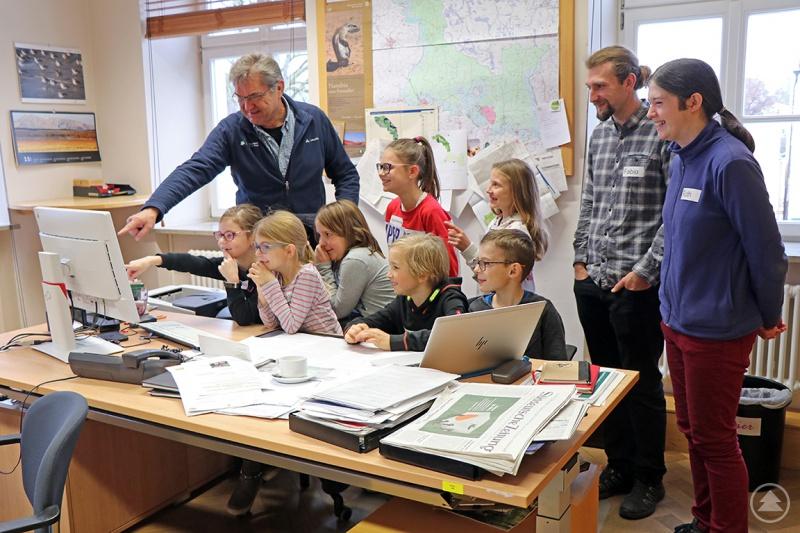 Einmal auf dem Platz des Nationalpark-Leiters sitzen konnten die Kinder, die am Buß- und Bettag mit ihren Eltern in die Verwaltung gekommen sind. Von Dr. Franz Leibl (v.l.) wurden sie begrüßt, danach hatten sich Fabio Kastenhuber und Ruth Goldhahn ein buntes Programm überlegt.
