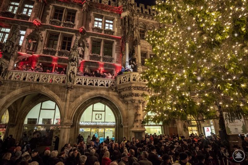 Tausenden Zuschauer warteten vor dem Rathaus darauf, dass die Lichter am Christbaum zum ersten Mal eingeschaltet werden und damit der Münchner Christkindlmarkt offiziell eröffnet ist.