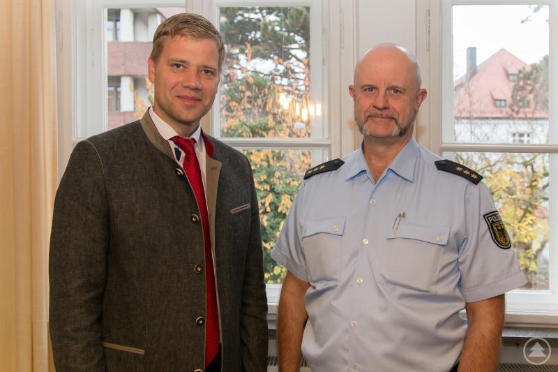Stephan Schrottenbaum (r.), Leiter der Bundespolizeiinspektion Passau, sprach mit Bezirkstagspräsident Dr. Olaf Heinrich.