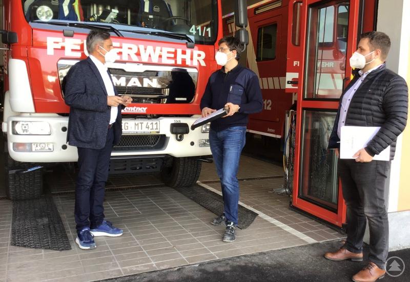 Wie lässt sich der drohende Nachwuchsmangel bei der Feuerwehr abwenden? Mit dieser Frage beschäftigten sich Landtagsabgeordneter Alexander Muthmann, Kommandant Sandro Plötz und der Teisnacher Bürgermeister Daniel Graßl (v. l.)