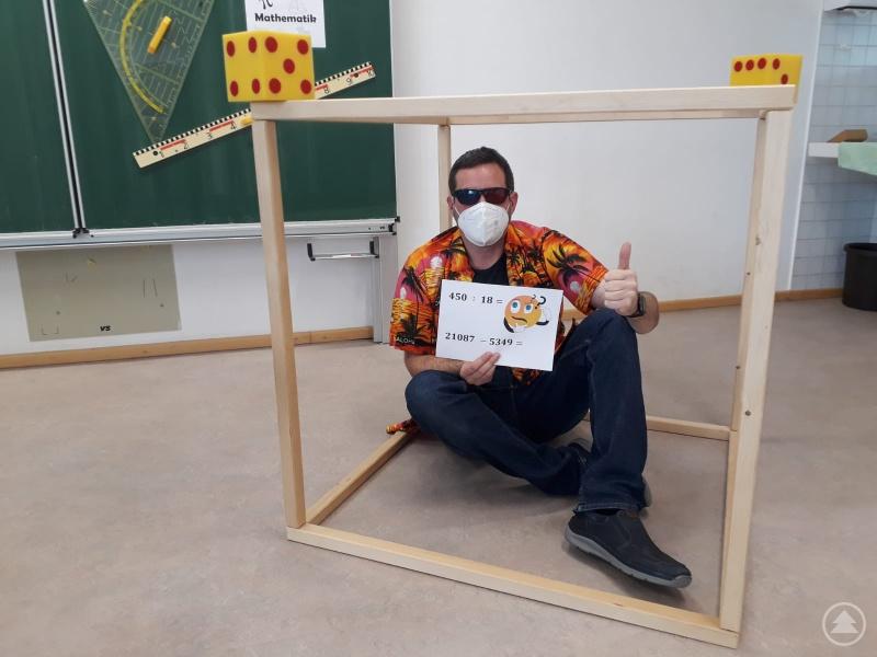 Anschaulicher Mathematikunterricht: Wie oft passt Mathelehrer Andreas Apfelbacher in den Würfel?