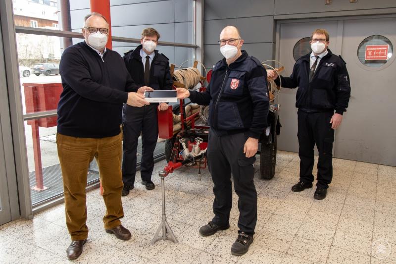 Die Nutzung von Tablets im Feuerwehreinsatz begrüßen Oberbürgermeister Jürgen Dupper (von links), Stadtbrandrat Andreas Dittlmann, der Leiter der Feuerwehrfachwerkstätte Alexander Kornexl und Stadtbrandinspektor Florian Emmer.