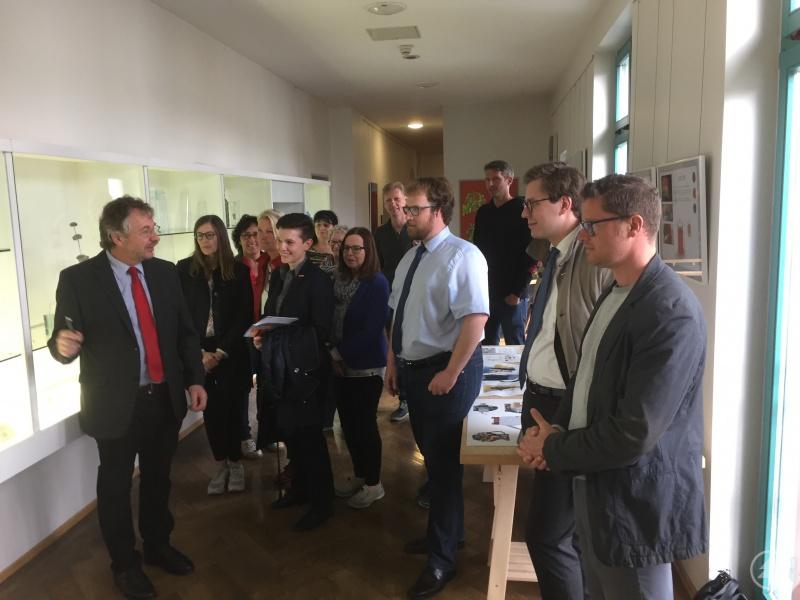 Hans Wudy (1.v.l.) führt Lehrer und Ausbildungsberater beim Infonachmittag des Netzwerks Glas und Arbeitskreises SCHULEWIRTSCHAFT durch die Glasfachschule Zwiesel.