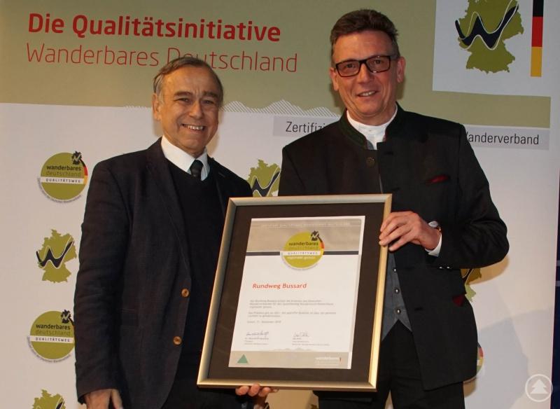 """Dr. Hans-Ulrich Rauchfuß, Präsident des Deutschen Wanderverbandes (l.), überreichte Bürgermeister Georg Bauer das Zertifikat für den Rundweg """"Bussard""""."""