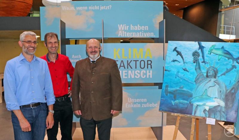 Freuten sich über den hohen Andrang bei der Ausstellungseröffnung: Benno Strehler vom Landesamt für Umwelt (von links), Jörg Müller vom Nationalpark und Thomas J. Darcy vom Kunstverein Deggendorf.
