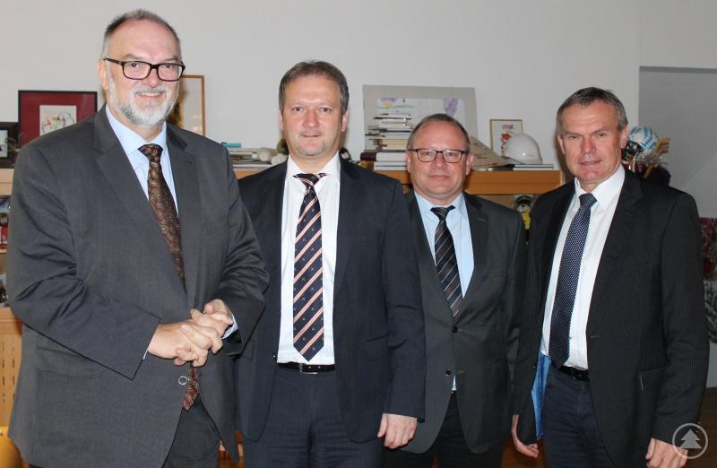 Oberbürgermeister Jürgen Dupper (von links) heißt Peter Ebner im Beisein von dessen Stellvertreter Friedrich Grindinger und Josef Zacher, Referent für Ordnung, Soziales und Familie, herzlich in Passau willkommen.