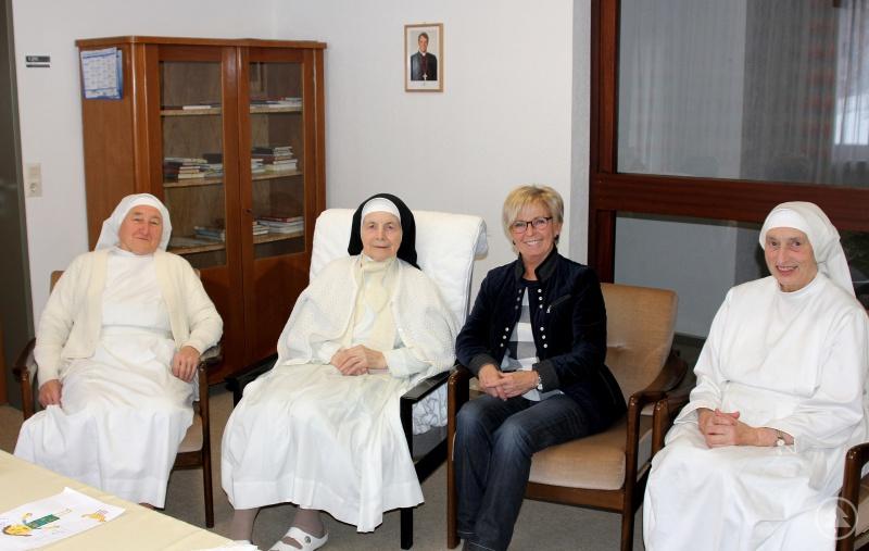 Sie unterhielten sich gut  (v.li.) Schwester Dominik, Schwester Oberin Imma, Landrätin Rita Röhrl und Schwester Leutberga.