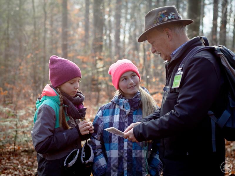 Waldführer wie Wilhelm Hoff leiten nicht nur den Großteil der öffentlichen Führungen, sondern sind auch bei der Betreuung von Schulklassen im Einsatz.