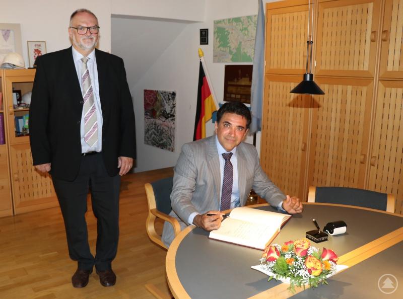 Oberbürgermeister Jürgen Dupper (links) freut sich über die Widmung von Generalkonsul Mohit Yadav im Gästebuch der Stadt Passau.