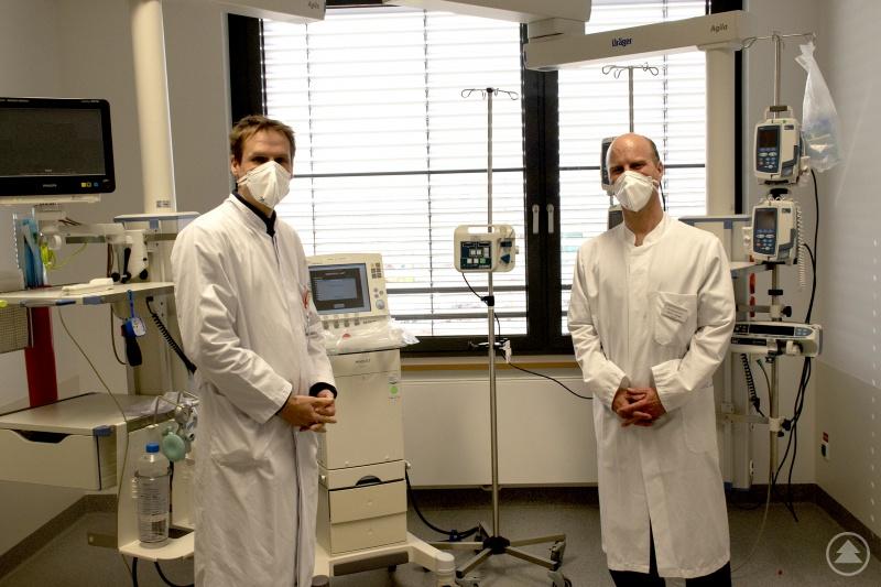 (von links): Chefarzt Prof. Dr. Schmidt-Wilcke begrüßt den neuen Leiter der Intensivstation Priv.-Doz. Dr. Joachim Scheßl in den neuen Räumlichkeiten