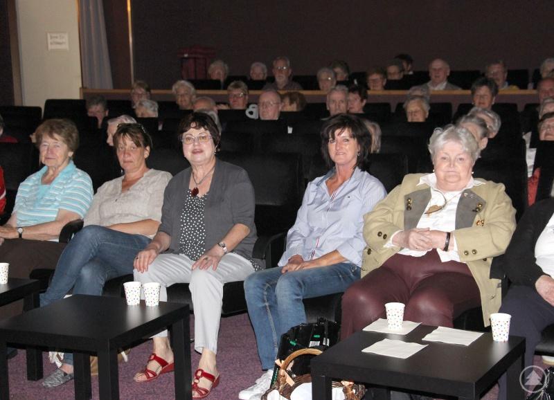 Christine Kreuzer (3.v.li.) im Kino Viechtach.