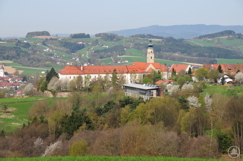 Touristisch hat der Landkreis Straubing-Bogen viel zu bieten, wie hier der Blick über Windberg zeigt.