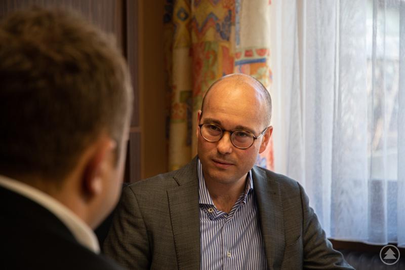 Dipl.-Kfm. Martin Leybach bei einem Beratungsgespräch mit Stefan Behringer.