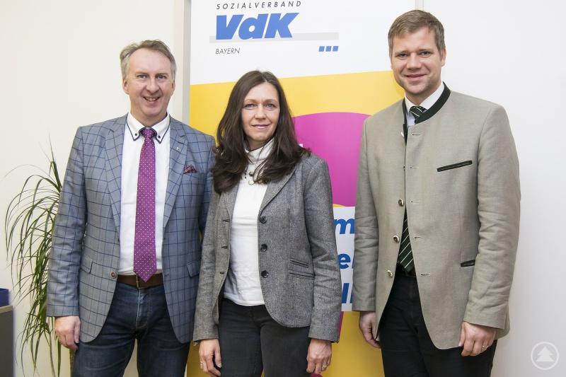 Bezirkstagspräsident Dr. Olaf Heinrich (r.) mit den beiden VdK-Kreisgeschäftsführern Brigitte Binder (Freyung-Grafenau) und Helmut Plenk (Regen).