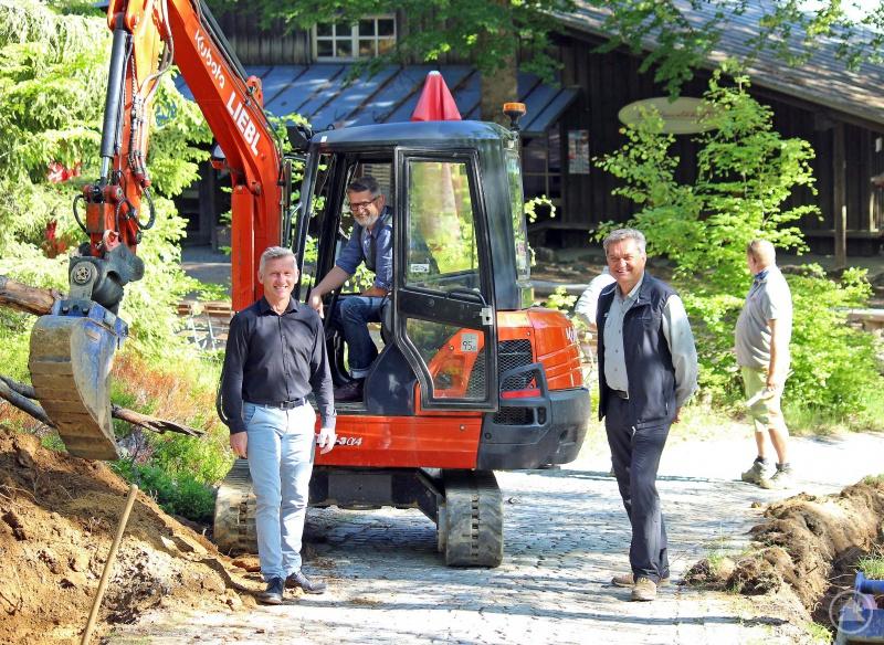 Freuen sich über den Glasfaserausbau im Nationalparkzentrum Lusen: Nationalparkleiter Dr. Franz Leibl (v.r.), Christian Binder, Leiter des Hans-Eisenmann-Hauses, und Bürgermeister Alfons Schinabeck.
