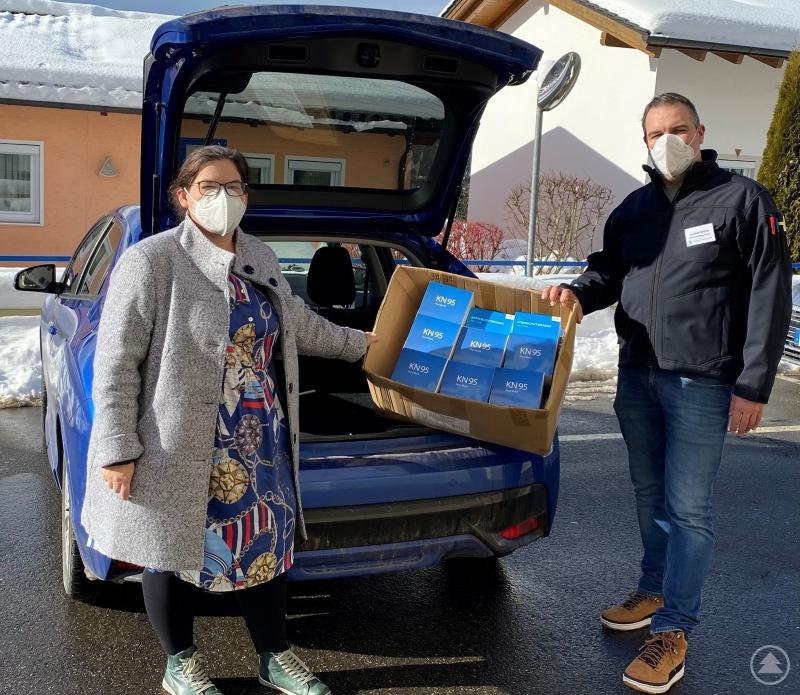Bürgermeisterin Carolin Pecho bei der Abholung der FFP2-Schutzmasken für Angehörige von Pflegebedürftigen in der Gemeinde Ringelai zusammen mit Gunther Endres vom Katastrophenschutzteam des Landratsamtes.