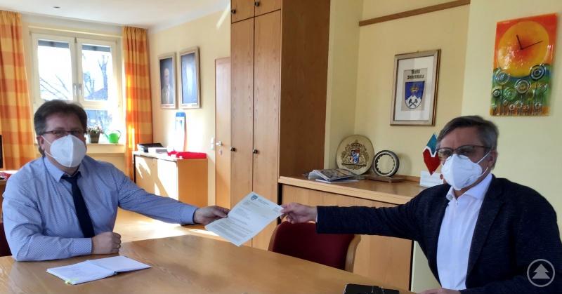 Meinungsaustausch unter Politikern: Bürgermeister Joli Haller schildert MdL Alexander Muthmann auch anhand von Briefen die Situation der Tourismusgemeinde Bodenmais.