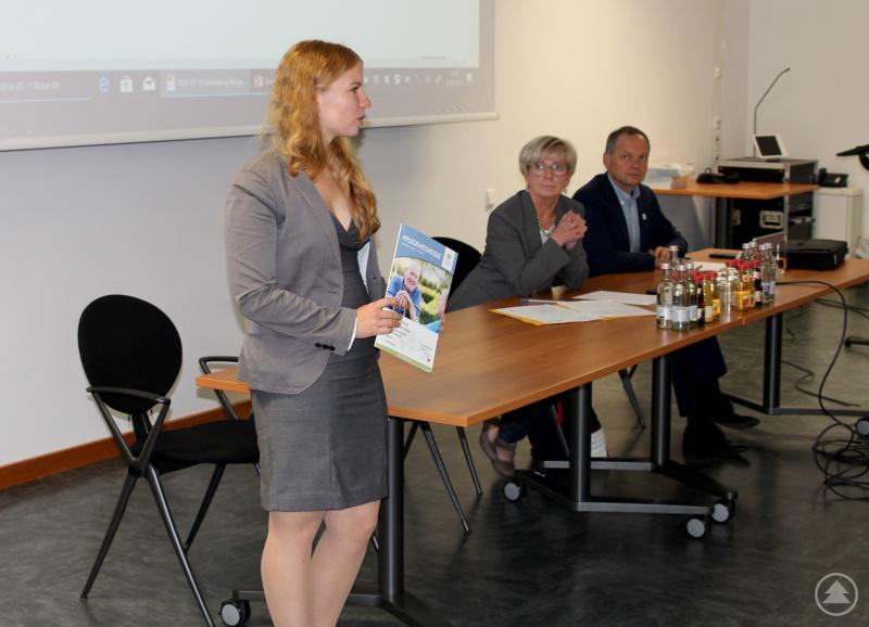 Natalie Walter (li.) stellte den Pflegewegweiser in der Bürgermeisterdienstversammlung vor, Landrätin Rita Röhrl und Büroleiter Günther Weinberger verfolgten ihren Vortrag aufmerksam.