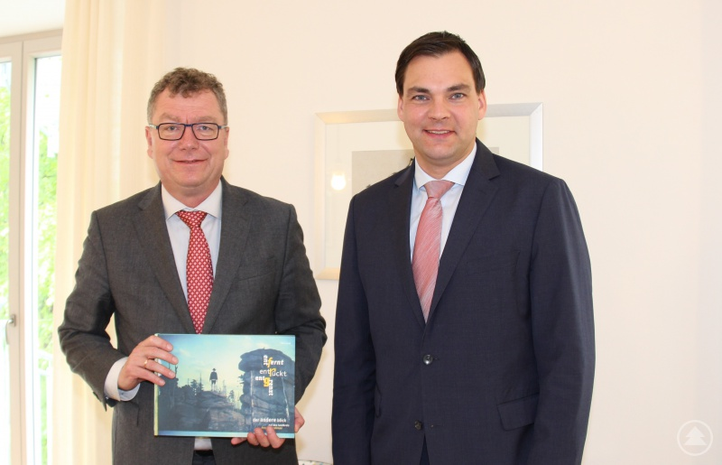 Landrat Sebastian Gruber (rechts) zeigte sich erfreut über den Besuch des Präsidenten des Verwaltungsgerichts (VG) Regensburg Dr. Martin Hermann am Landratsamt und betonte die Wichtigkeit der Rechtssicherheit für Privatpersonen und Unternehmen.