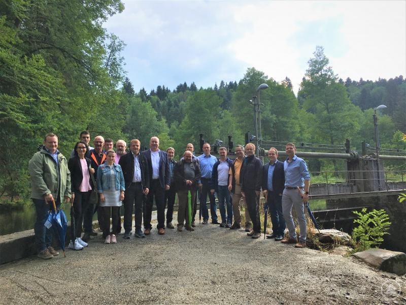 Die Unternehmerinnen und Unternehmer informierten sich direkt am Fluss u.a. über die Kooperation von Wasserkraft und Flussperlmuschel.
