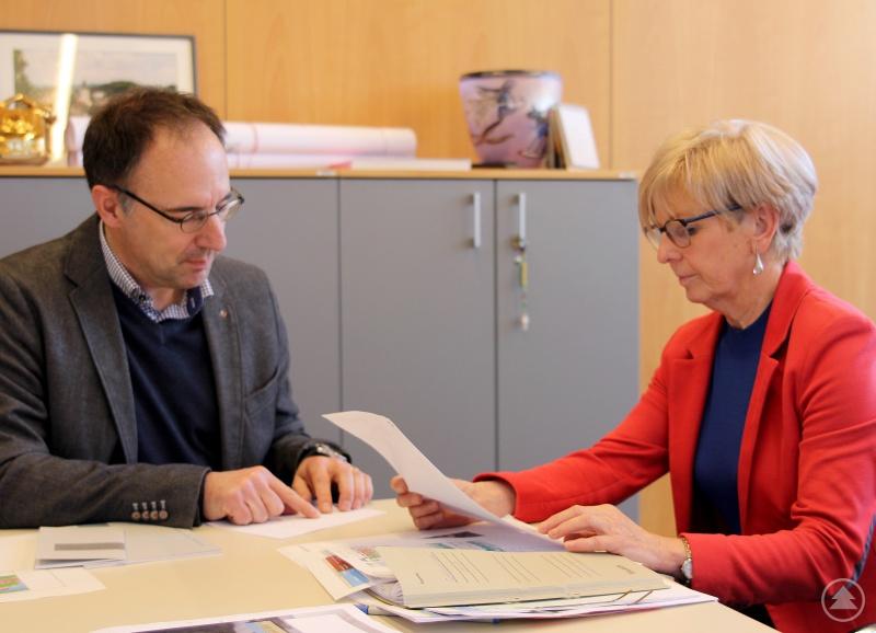Landrätin Rita Röhrl und Alexander Schulze im Gespräch.