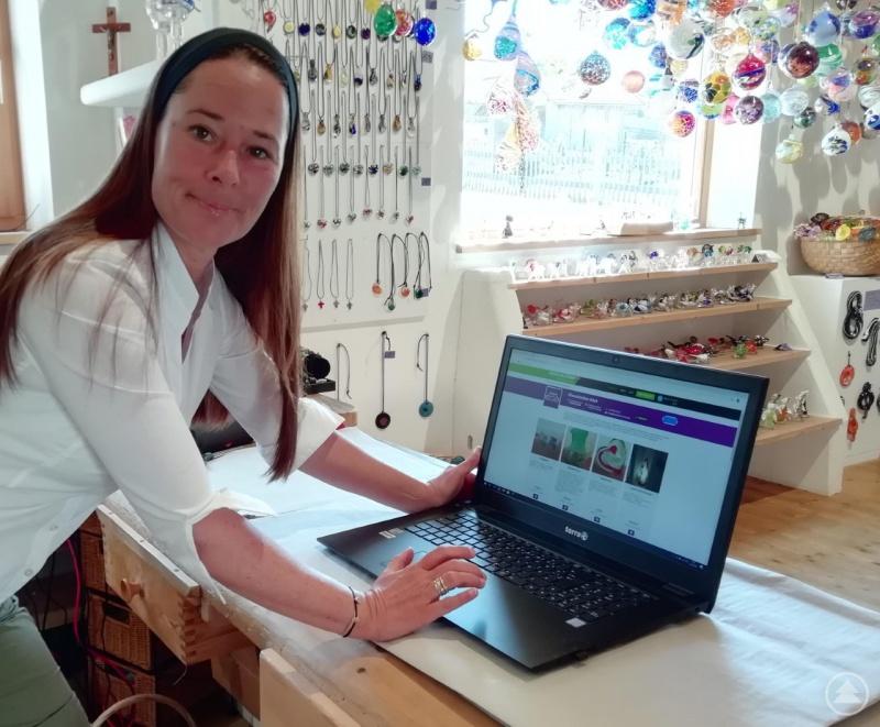 Tanja Köck von Glasscherben Köck aus Riedlhütte verwendet die neue Online-Shop-Möglichkeit, WAIDLER.SHOP bereits.