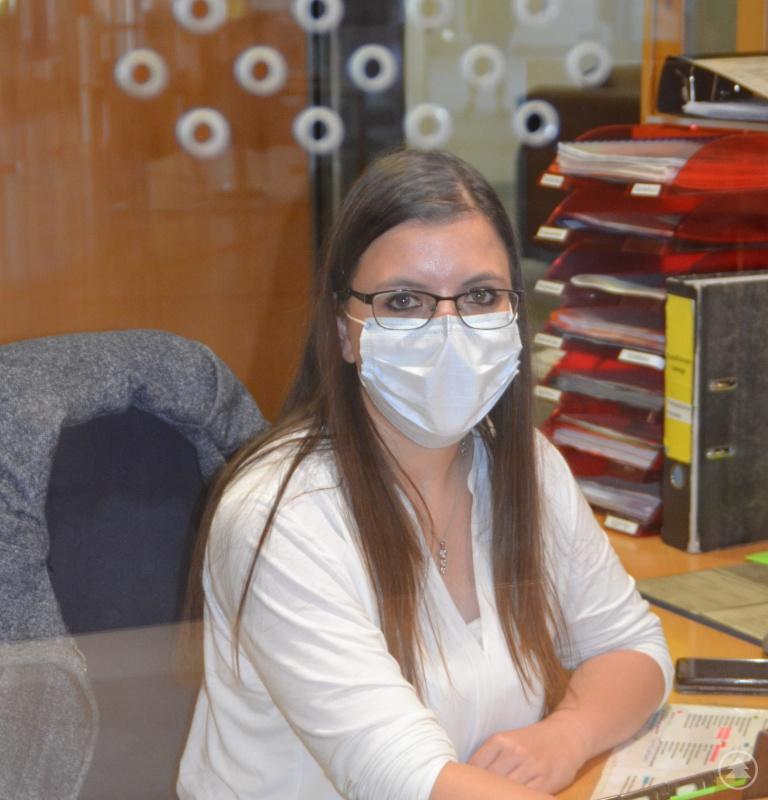 Im Normalbetrieb die erste Anlaufstelle: Die Mitarbeiter der Vermittlung agieren derzeit im Hintergrund – geschützt durch eine Glasscheibe. Genau wie die restliche Verwaltung sind auch sie ein wichtiges Glied im Klinikbetrieb.