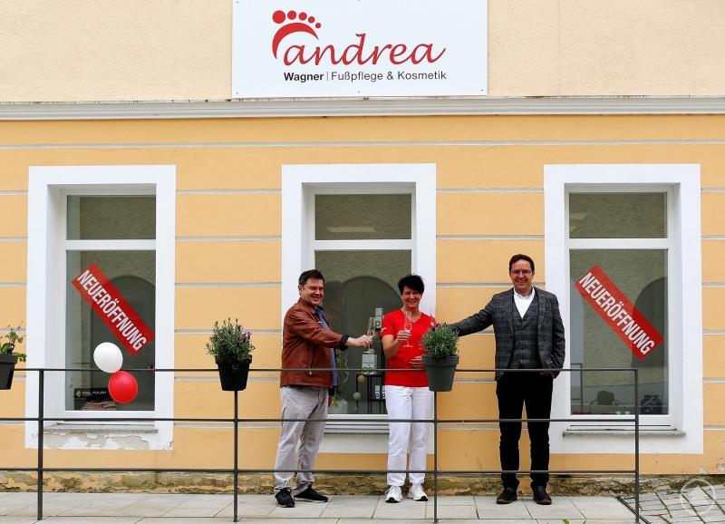 Bürgermeister Gerhard Poschinger (rechts) und Hausinhaber Willy Fürst (links) gratulieren Andrea Wagner (Mitte) zur Neueröffnung ihres Kosmetikstudios am Marktplatz in Perlesreut und freuen sich über die Leerstandsbehebung.