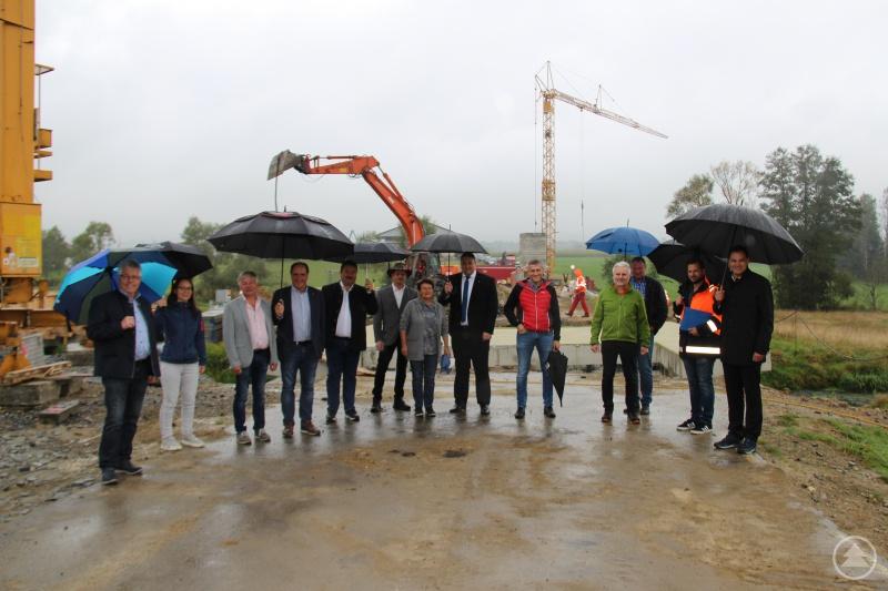 Besichtigten interessiert den Brückenbau an der Kreisstraße FRG 48 Nähe Kleingsenget: Landrat Sebastian Gruber (rechts), Tiefbauamtsleiter Alexander Bauer (2. v. rechts) und Kristina Urmann (2. v. links) mit Mitgliedern des Bauausschusses.