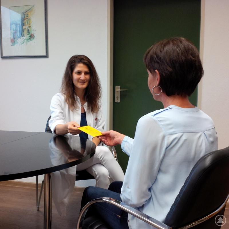 Dr. Carolin Müller bei einer Impfberatung.