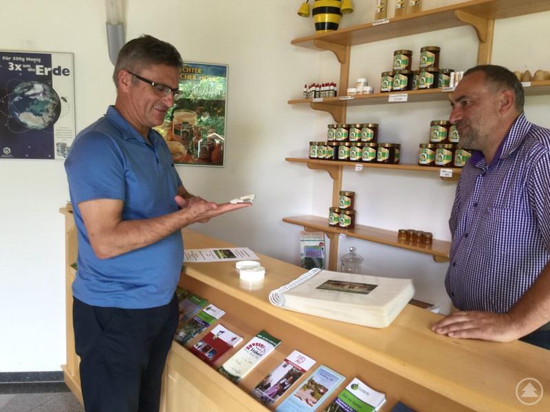 """Landtagsabgeordneter Alexander Muthmann informiert sich im """"Haus der Bienen"""" über die Angebote der Imker im Landkreis Regen. Franz Rothkopf ist ihr Vorsitzender."""