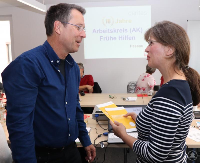 Sie informieren über Frühe Hilfen und passgenaue Angebote für Familien. Erika Paul, Fachbereichsleiterin Jugend- und Familienhilfe beim Diözesancaritasverband Passau und Georg Kaesehagen-Schwehn vom Deutschen Caritasverband.
