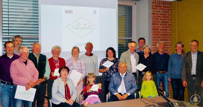 Die Gartenbesitzer gemeinsam mit Landrat Josef Laumer und der Stellvertretenden Kreisvorsitzenden, Monika Edenhofer (beide sitzend), den Kreisfachberatern Johann Niedernhuber (stehend ganz rechts) und Harald Götz (stehend 2. von links) sowie dem Vorsitzenden des Bezirksverband Niederbayern, Michael Weidner (stehend 4. von links).