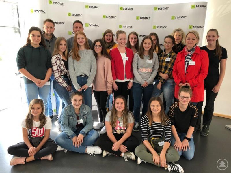 Die Realschülerinnen sowie die Verantwortlichen bei der Firma Sesotec und der Agentur für Arbeit zeigten sich sichtlich stolz, erneut bei der Girls' Day Akademie teilnehmen zu dürfen.