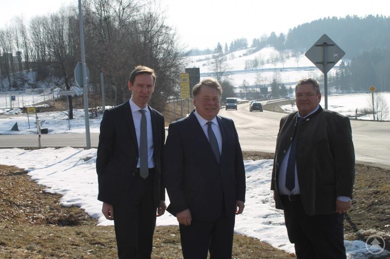 An dieser Kreuzung wäre ein Kreisverkehr eine praktikable Lösung für Stoßzeiten. Das finden Regierungspräsident Rainer Haselbeck, Staatsminister Helmut Brunner und Bürgermeister Max Niedermeier (v.li.).