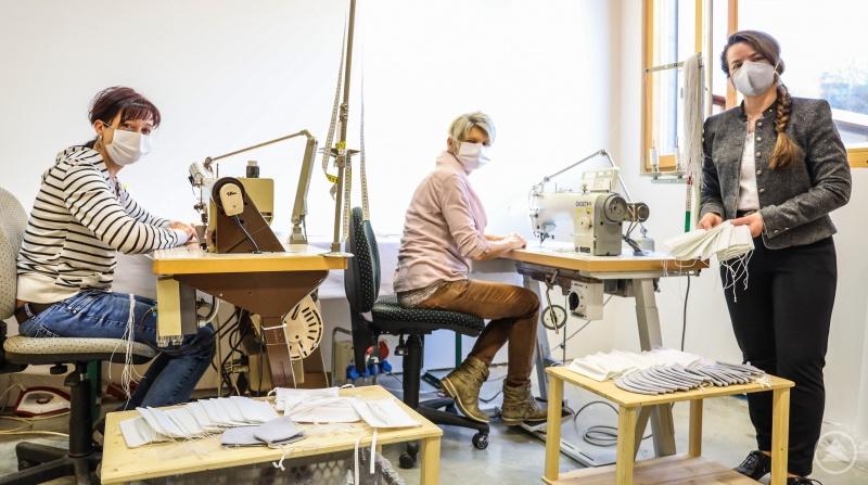Maria Freund (v. r.) und zwei ihrer Näherinnen Roswitha Hartinger und Melanie Boxleitner in dem eigens zur Fertigung von Nasen- und Mundbedeckungen eingerichteten Raum in der Grafenauer Lederhosen-Werkstatt.