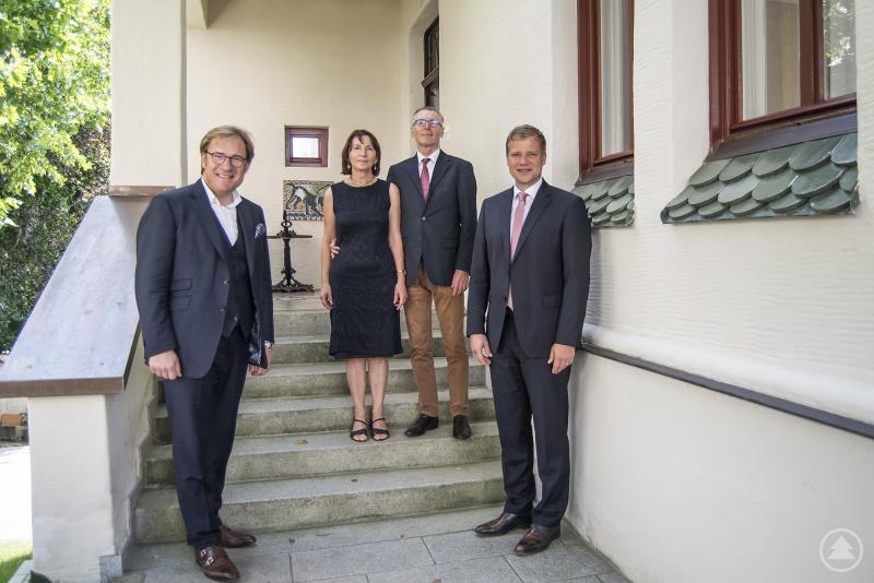 Bezirkstagspräsident Dr. Olaf Heinrich (re.) und Bezirkstagsvizepräsident Dr. Thomas Pröckl (li.) mit dem Ehepaar Finkl bei der Besichtigung der Villa Jungmeier