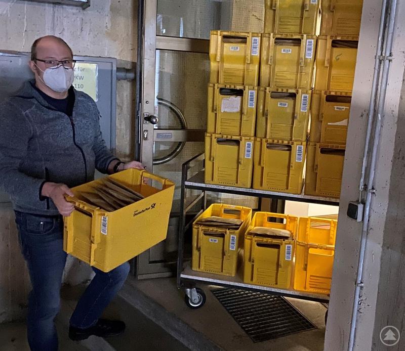 Sozialamtsmitarbeiter Florian Kloiber beim Versand der über 6.000 FFP2-Masken für Bedürftige im Landkreis.