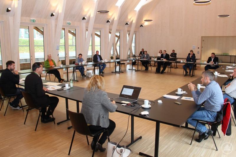 Das von Tiefbauleiter Alexander Bauer (vorne links) präsentierte Deckenbauprogramm für das Jahr 2022 fand bei Landrat Sebastian Gruber (2. v. links) und den Bauausschussmitgliedern viel Zustimmung.
